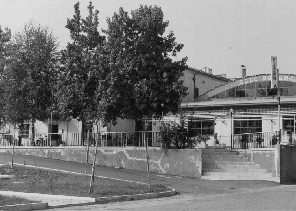 L'esterno del bocciodromo, con l'insegna della pizzeria. 1985 ca.