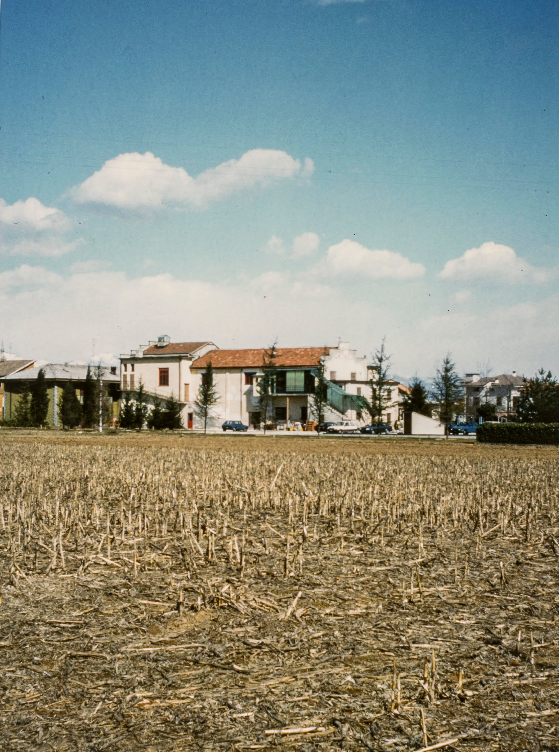 L'edificio del cinema sorge in mezzo alla campagna. 1985 circa