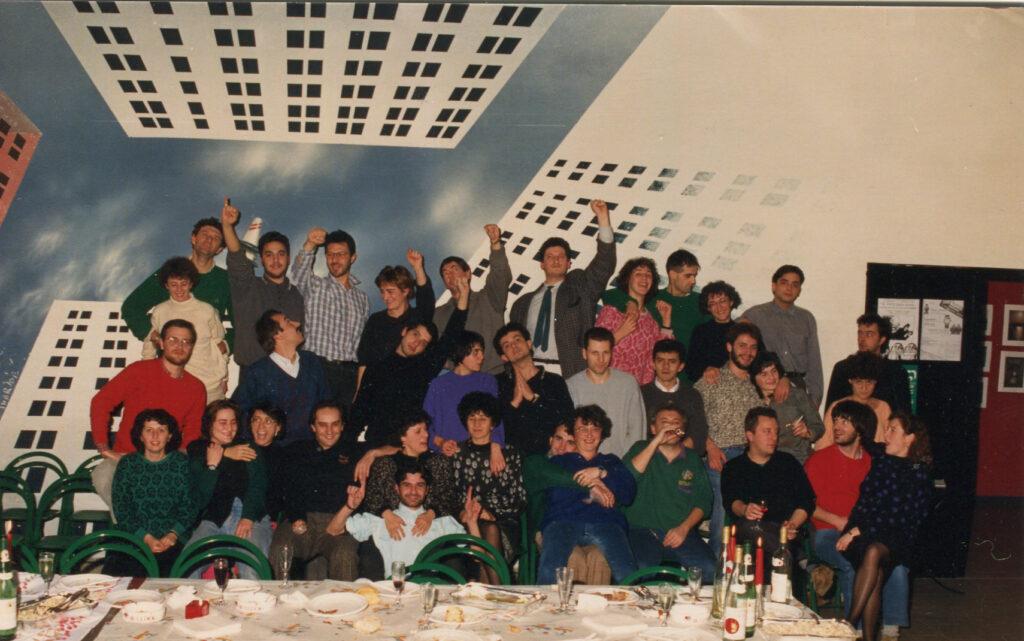 Foto di gruppo dei soci della cooperativa dopo una cena. 1987