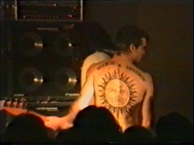 Henry Rollins sul palco del Bloom, con uno straordinario e precursore tatuaggio. 1990