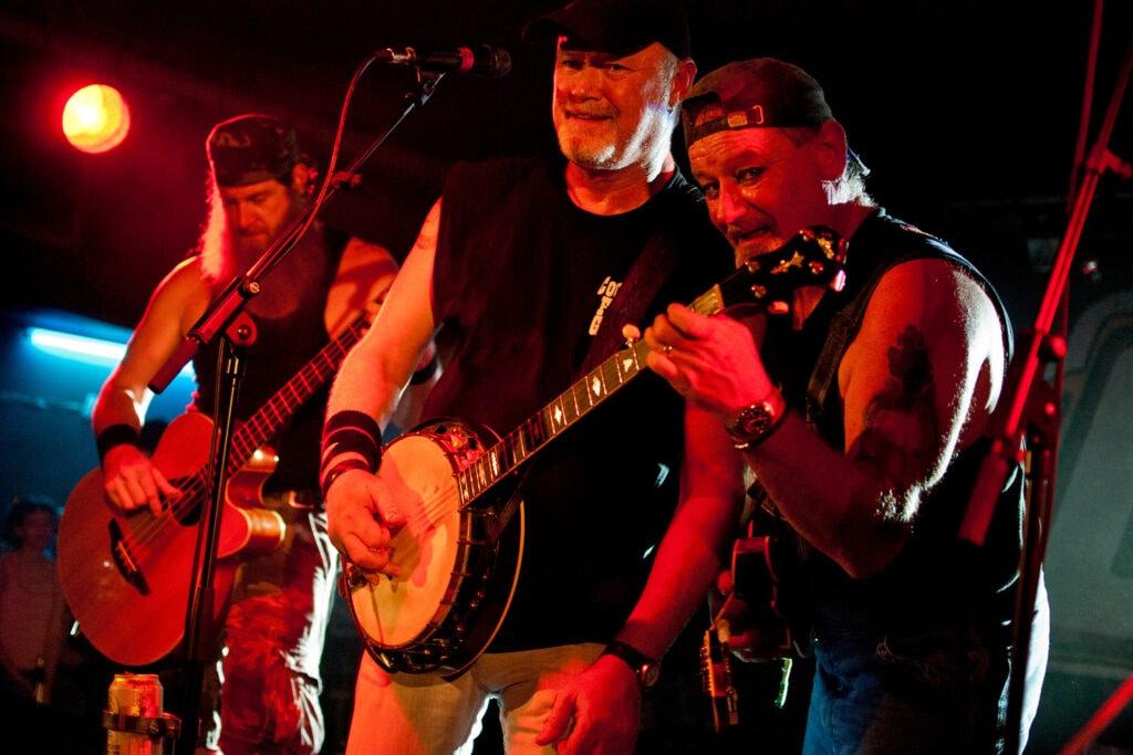 Gli Hayseed Dixie durante il concerto. 2011. La band statunitense guidata da John Wheeler è specializzata nel riproporre i brani metal degli AC/DC (da cui prende il nome) rifatti in versione country.
