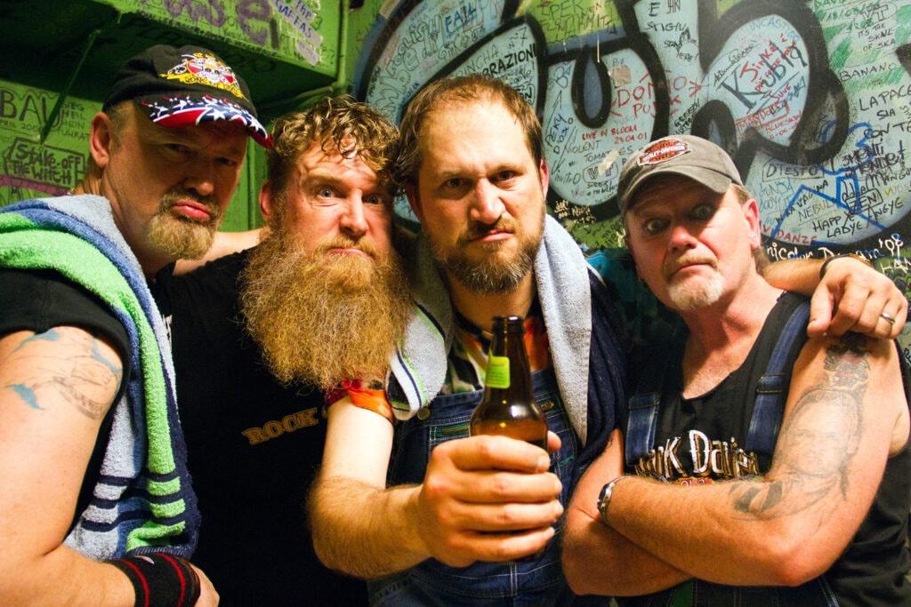 Gli Hayseed Dixie in posa prima del concerto. 2011