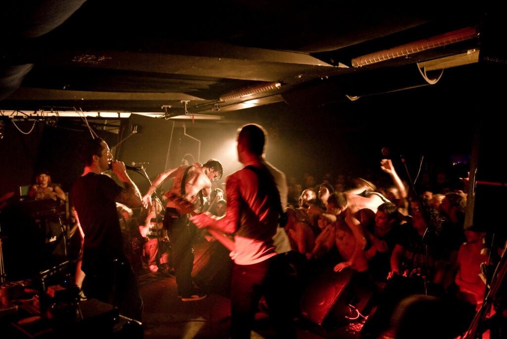 I Raised Fist sul palco. 2015. Gli svedesi con la loro miscela hardcore avevano già suonato con Endwell e Deez Nuts nell'ottobre 2009.