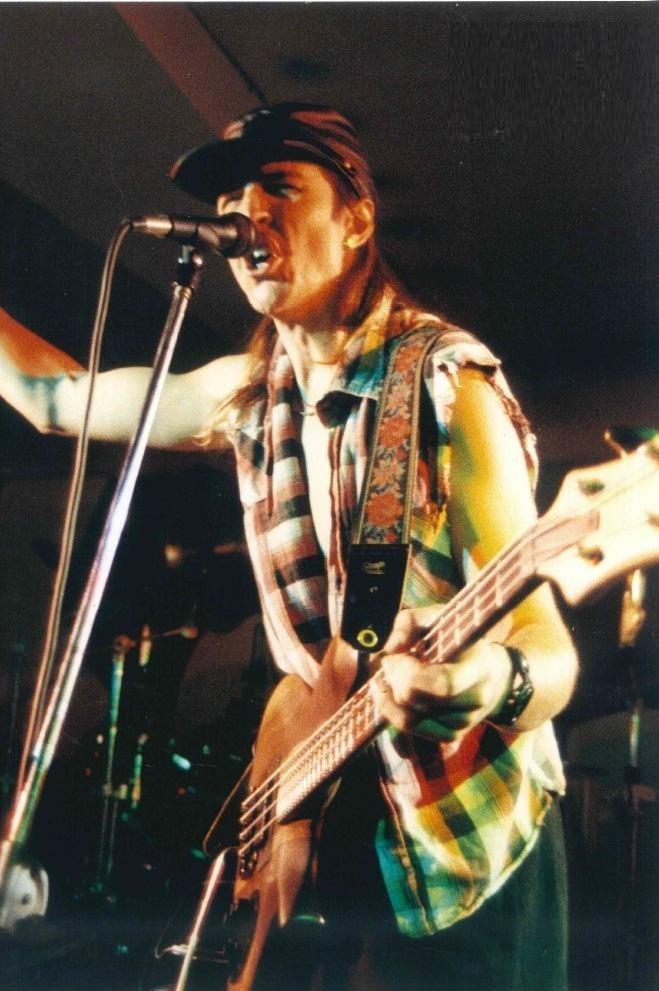 """Leslie Edward """"Les"""" Claypool dei Primus in concerto. 1990. Uno dei più grandi bassisti di tutti i tempi, per abilità tecnica e stile creativo, che ha collaborato con innumerevoli artisti e band, a partire da Tom Waits."""