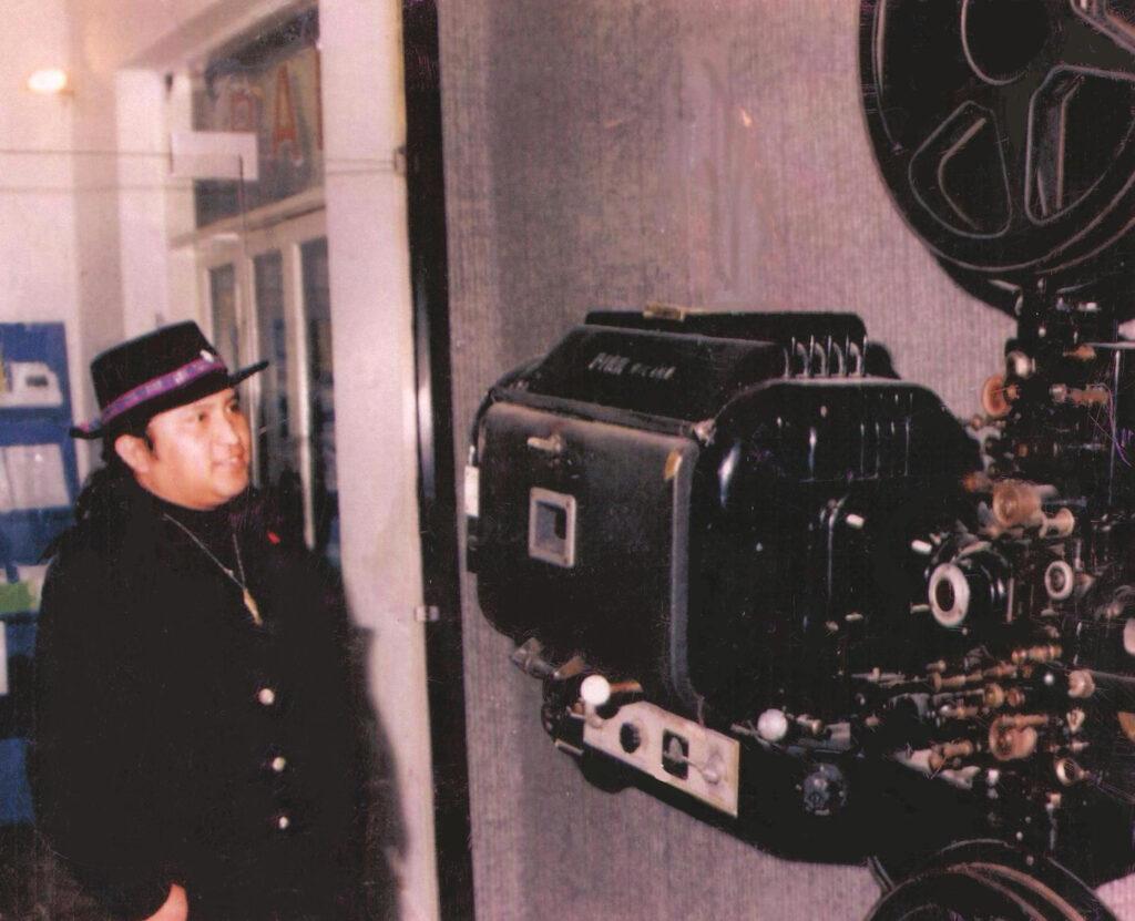 Il proiettore Fedi 1950, ai tempi utilizzato dal cinema Ponte, collocato per molti anni nell'atrio del cinema. Lo sta osservando Lance Henson, poeta cheyenne, intervenuto nella rassegna Cannabis Streets. 2003