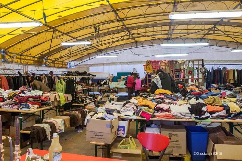 Il mercatino all'interno della tensostruttura allestita sulla terrazza. 2015