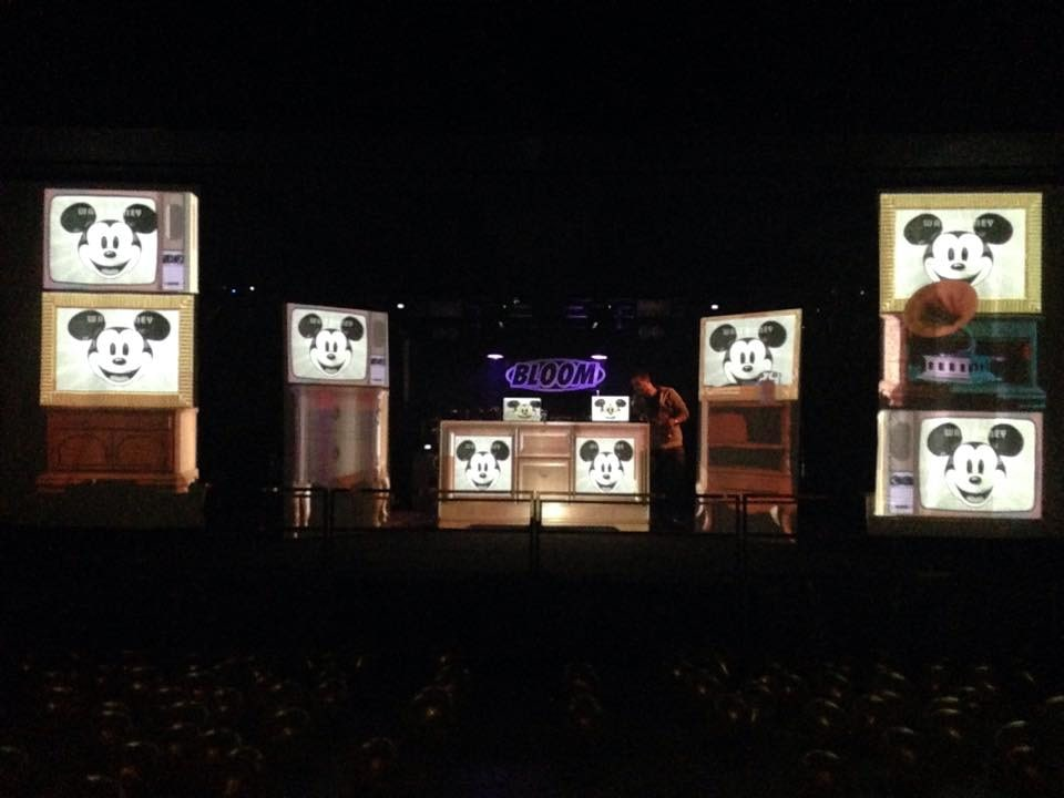 Performance degli Electro Swing Circus al Bloom. 2014. Atmosfera degli anni Venti del Novecento con ballerini, musica dal vivo e giocolieri con DJ Drufi, Niko G., DJ Mena.