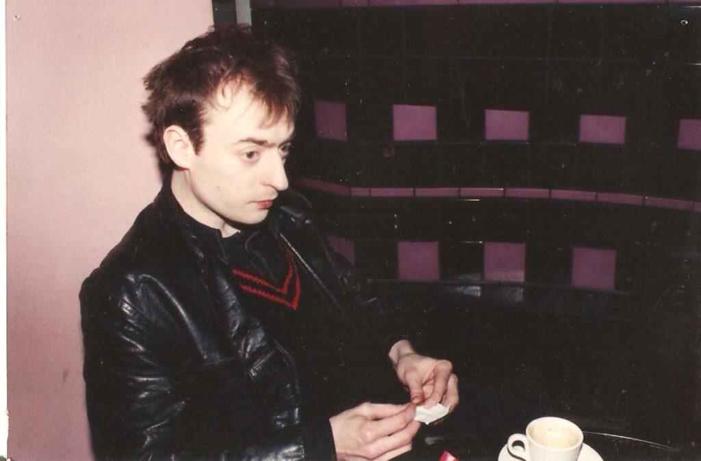 Mauro Ermanno Giovanardi seduto vicino al bar. 1991. Dal blues abrasivo alla canzone d'autore con la sua voce inconfondibile.