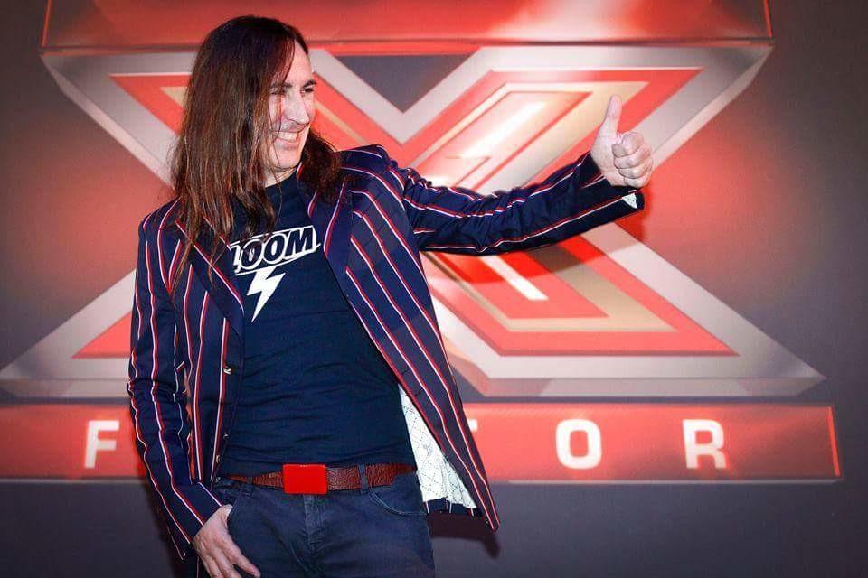 Manuel Agnelli giudice a X-Factor indossa la maglietta di Bloom. 2017