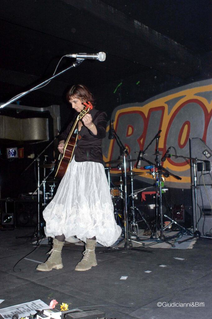 Cristina Donà sul palco. 2003. La cantautrice preferita da Robert Wyatt, eroe della scena di Canterbury, ha suonato molte volte a Bloom.