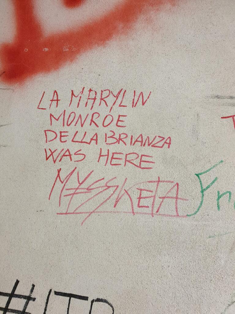 Scritta sul muro del corridoio dei camerini lasciata da Myss Keta. 2018