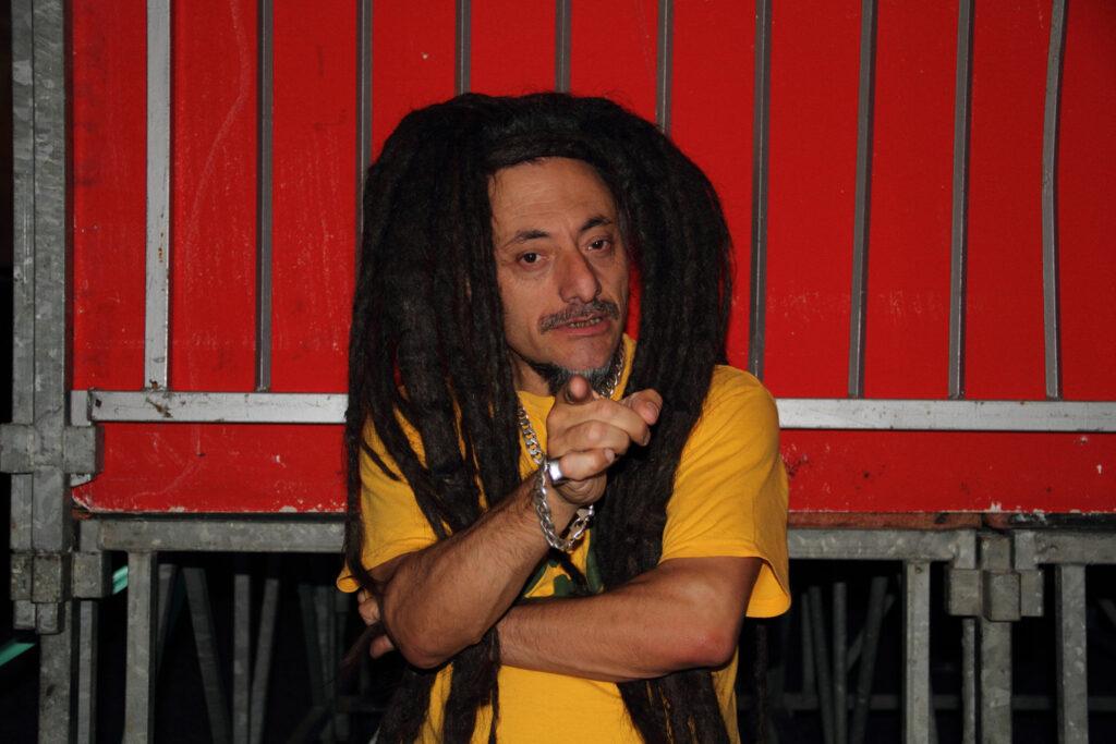Bunna (Vitale Bonino) fondatore degli Africa Unite, in una pausa del concerto, 2011.