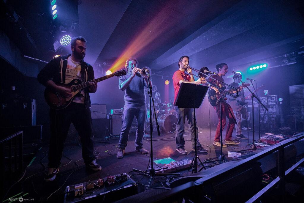 Concerto di una band nel TRAI FEST. Trai è uno studio di registrazione che ogni anno presenta le sue band in un festival a Mezzago. 2019