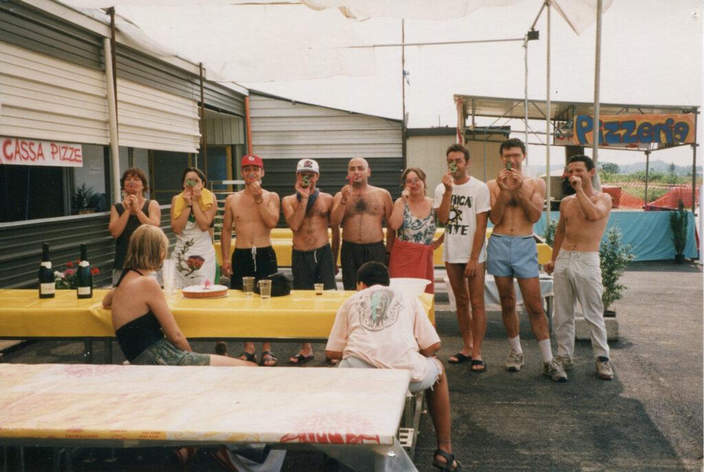 Soci e amici al termine di una serata a Bloomriver. 1994