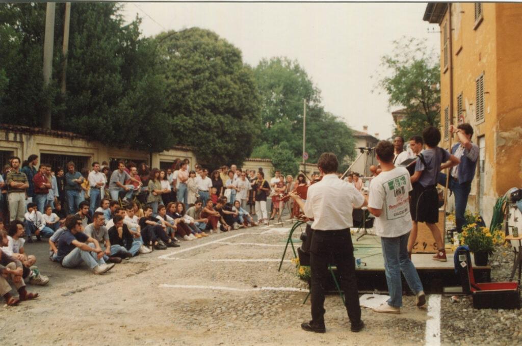 Palco e pubblico in via Vittorio Emanuele a Vimercate. 1992