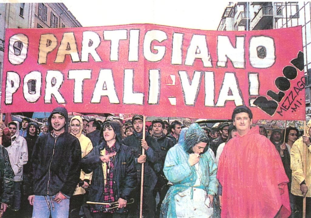 Lo striscione del Bloom al corteo dell'anniversario della Liberazione. 25 aprile 1994