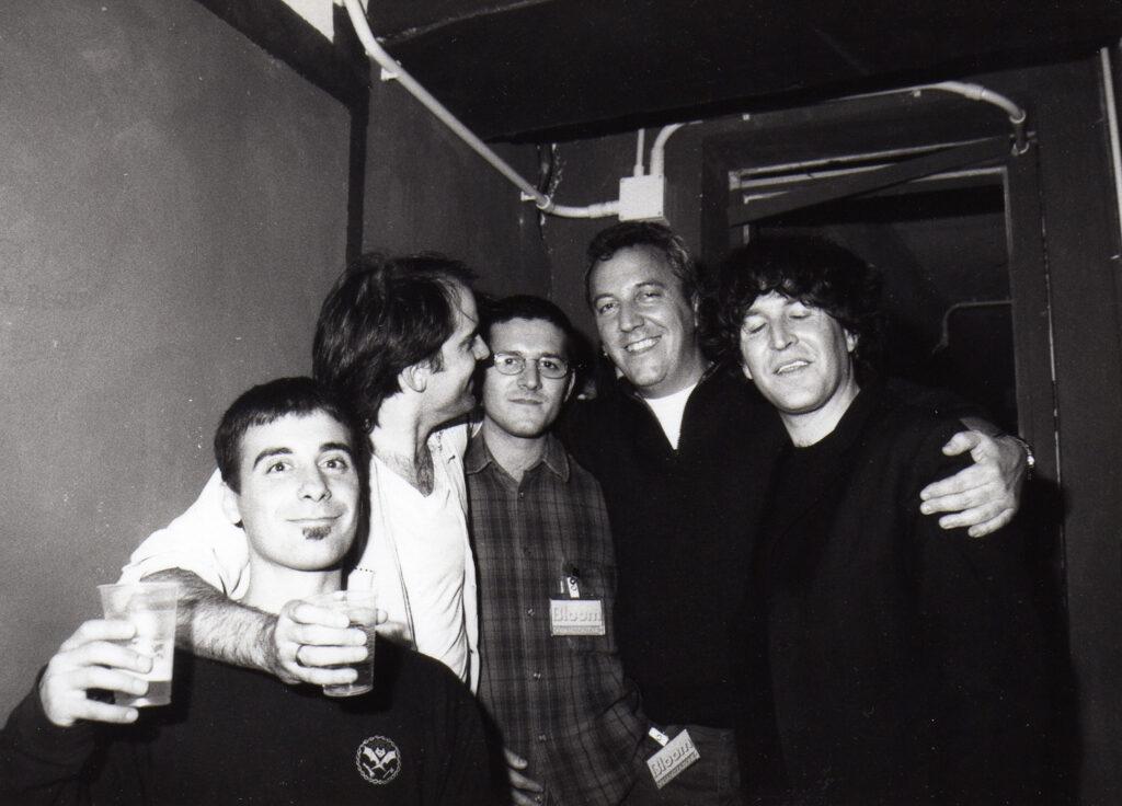 Foto ricordo di alcuni soci al termine del concerto di Steve Wynn. 1994