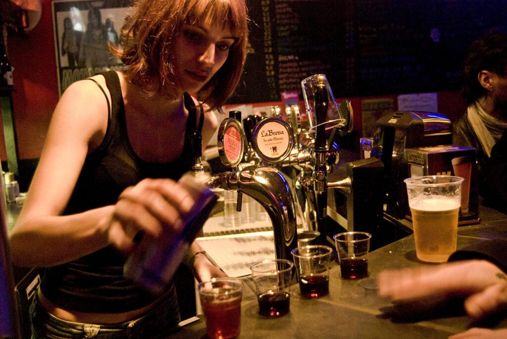 Una barista impegnata. 2009