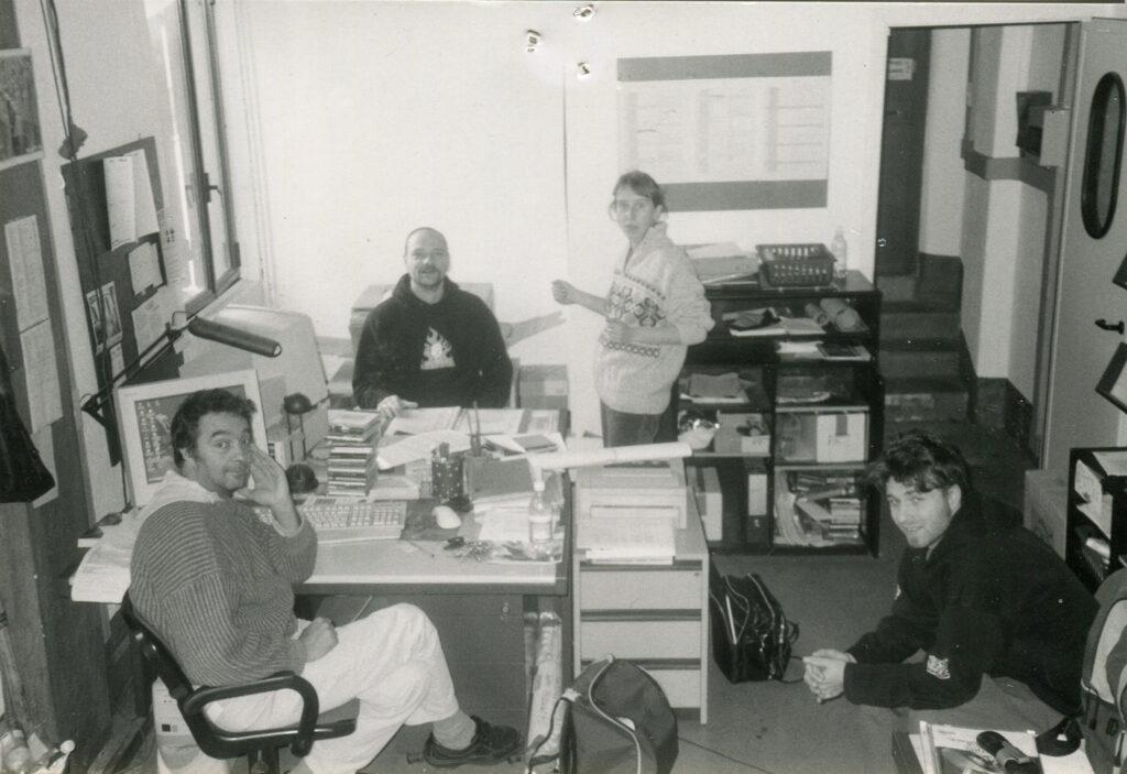 Lavoratori nell'ufficio produzione. 1998