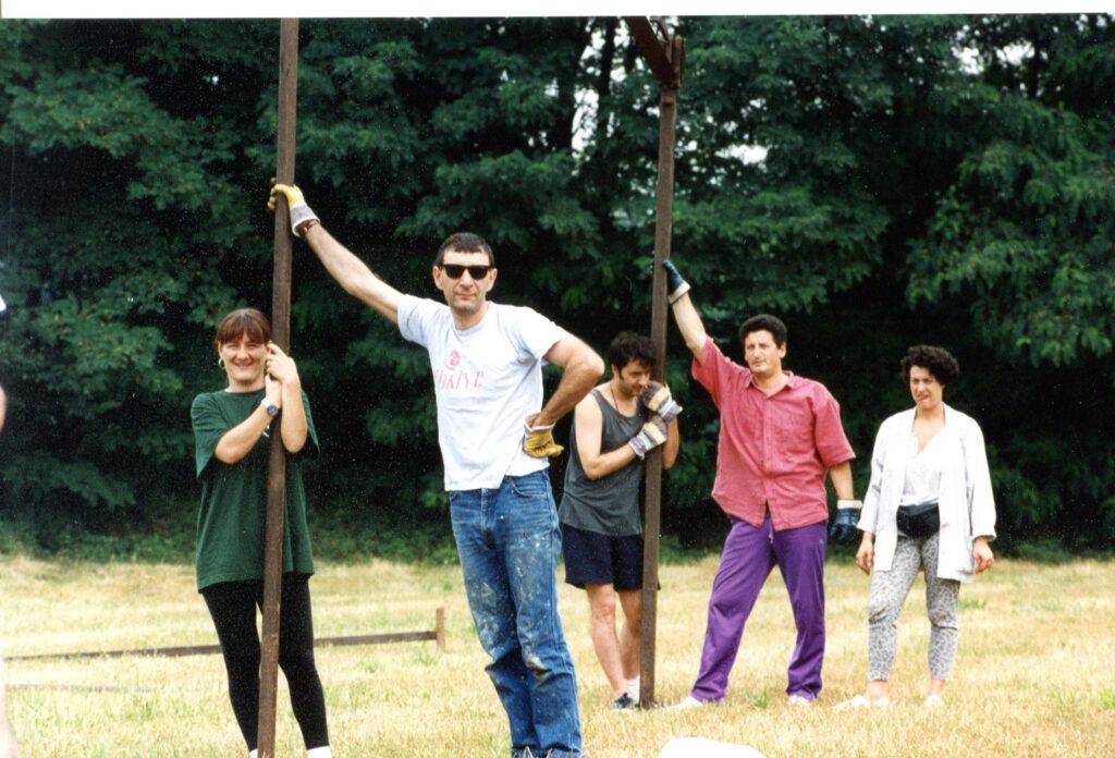Soci impegnati nell'allestimento di Bloomriver a Trezzo sull'Adda. 1993