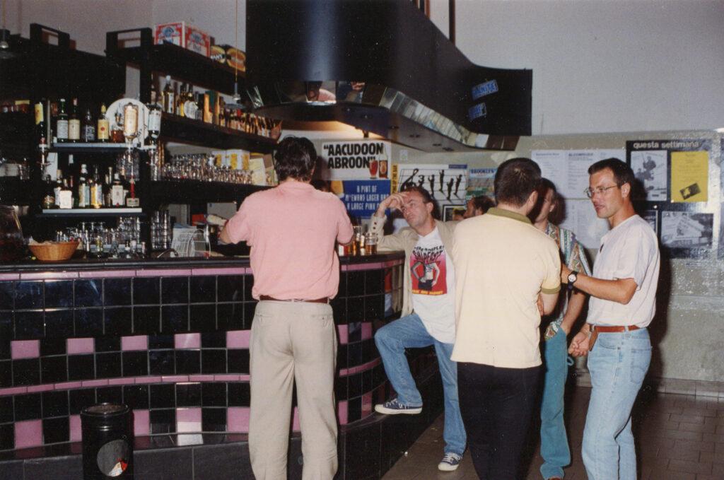 Il bancone dopo il primo restyling, con le piastrelle rosa. 1994
