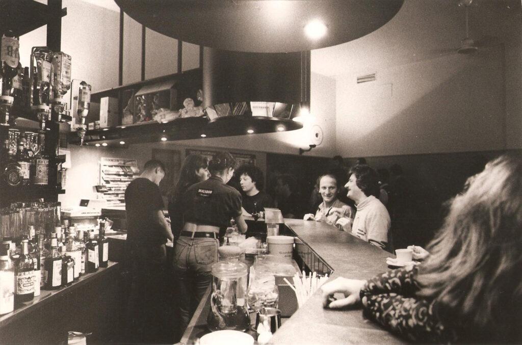 Clienti al bar in una serata tranquilla. 1991