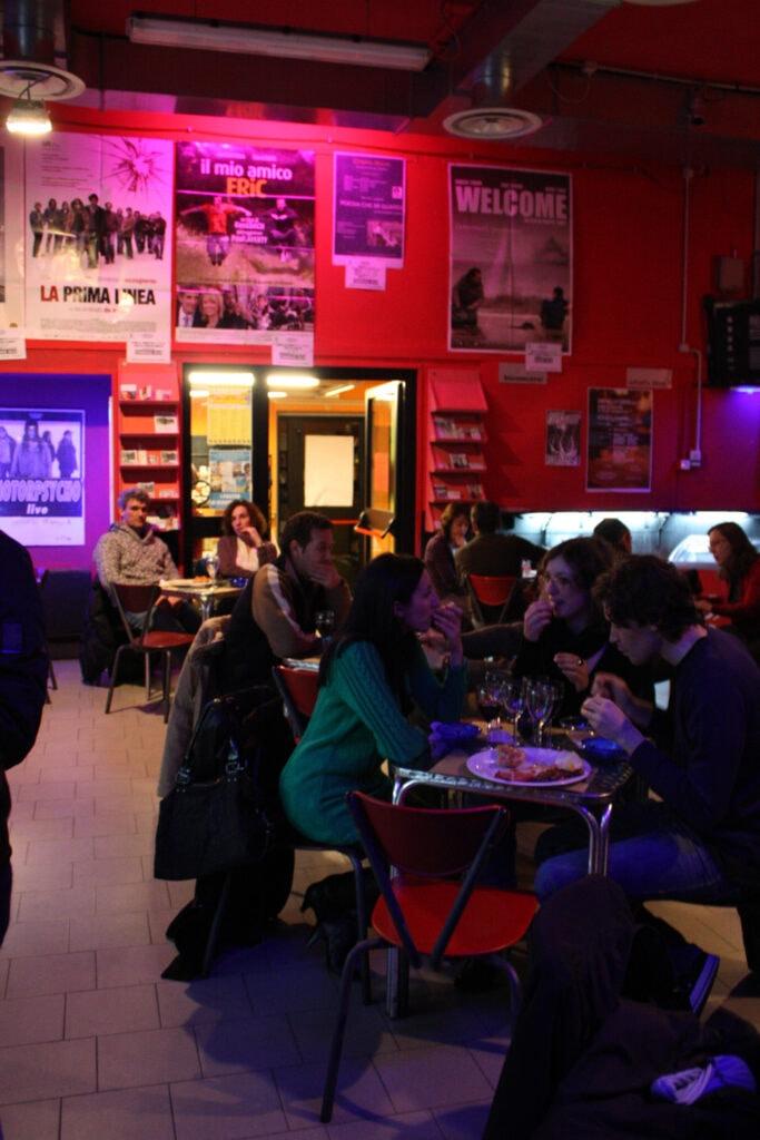 Atmosfera da wine bar. 2013