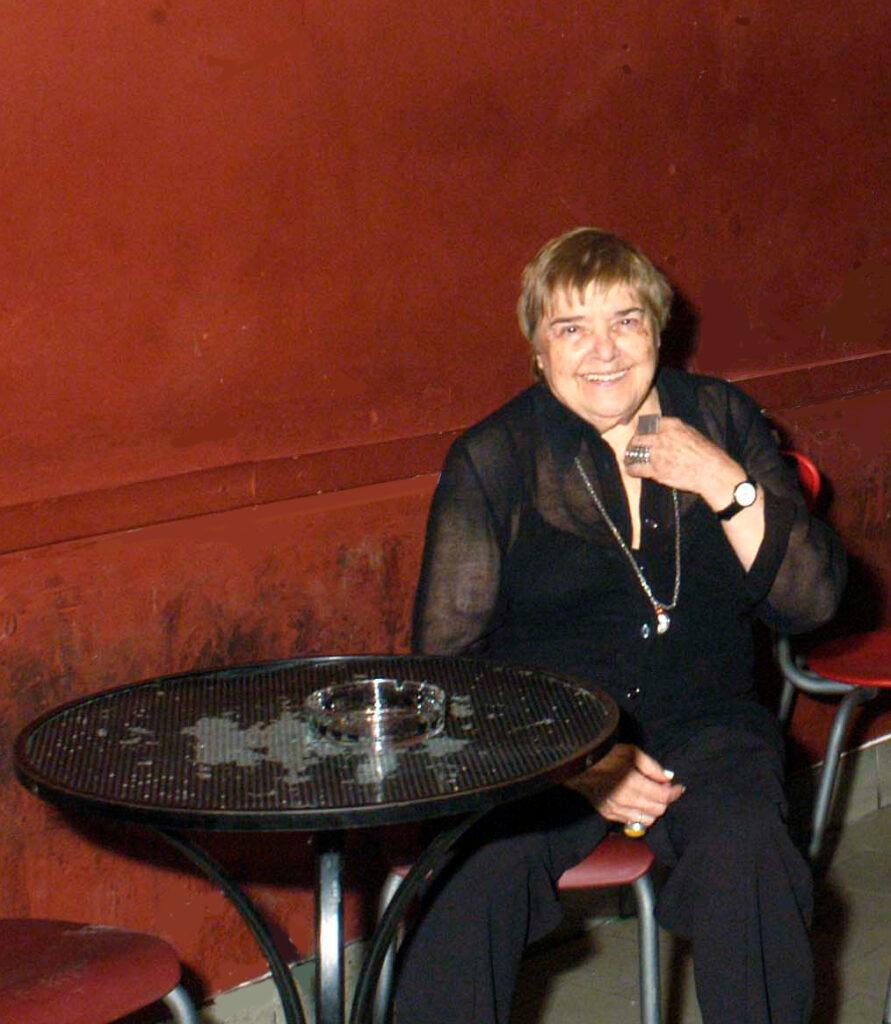 Fernanda Pivano al bar, in occasione della proiezione di Fernanda Pivano, c'era una volta l'America. Alla serata sono intervenuti anche Ricky Gianco, la regista Marina Spada, Marco Denti, Claudio Galuzzi, Marina Petrillo. 1996