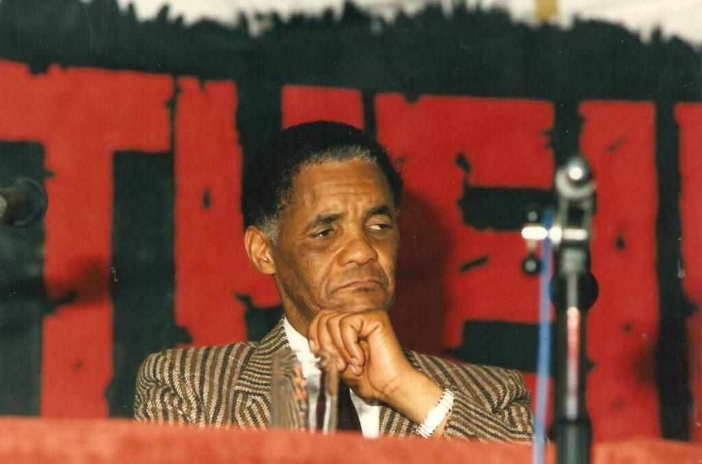 Benny Nato, rappresentante in Italia dell'African National Congress, durante l'incontro contro l'apartheid in Sudafrica. 1988